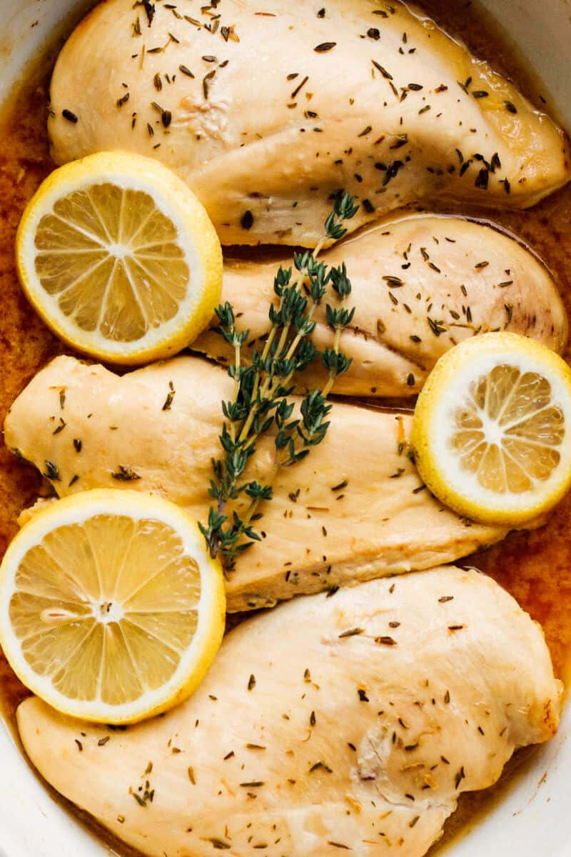 chicken breasts with lemon sauce and lemon slices